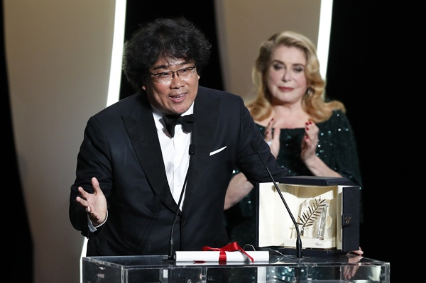 제72회 칸국제영화제 최고상인 황금종려상을 수상한 영화 <기생충>의 봉준호 감독이 수상 소감을 밝히고 있다.