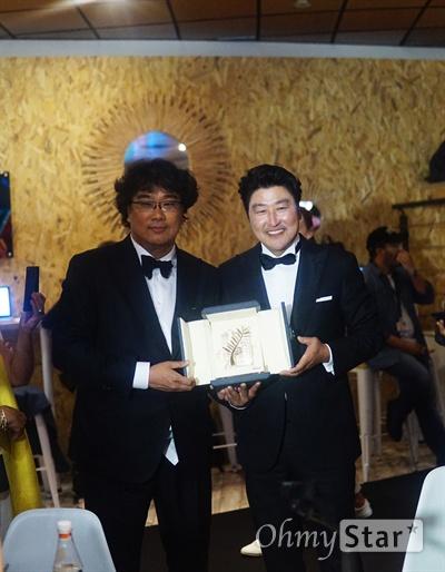 25일 제72회 칸영화제 시상식을 마치고 한국 취재진을 찾은 봉준호 감독과 배우 송강호.