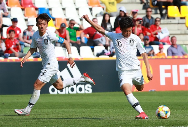 (비엘스코-비아와[폴란드]=연합뉴스) 홍해인 기자 = 25일 오후(현지시간) 폴란드 비엘스코-비아와 스타디움에서 열린 2019 국제축구연맹(FIFA) 20세 이하(U-20) 월드컵 한국과 포르투갈의 F조 조별리그 첫 경기에서 한국 대표팀 이강인이 후반전 첫 번째 슈팅을 하고 있다. 2019.5.25