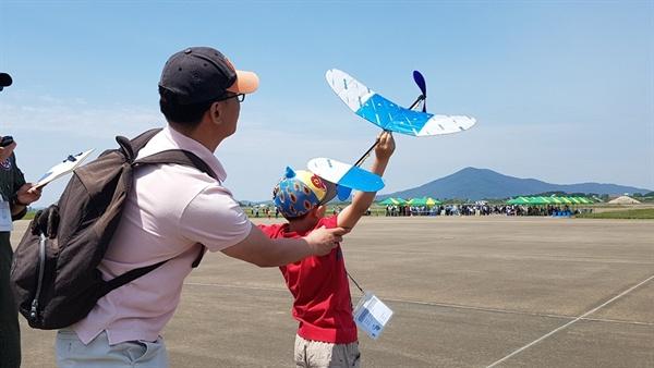 이번 대회는 고무동력기, 글라이더, 물로켓, 폼보드 전동비행기, 드론 레이싱, 드론 정밀조종 등 6개 종목이 펼쳐졌다.한 참가 초등학생이 고무동력기 대회에 참가해 비행기를 날리고 있다.
