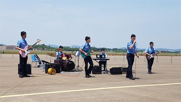 2019 스페이스 챌린지 충남지역 예선 대회에서 공군 20전투비행단 밴드동아리가 공연을 펼치고 있다.