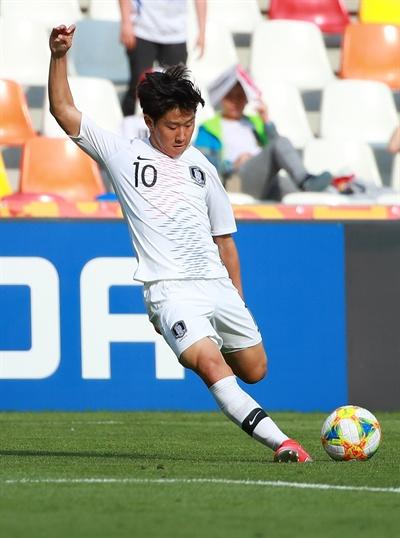 (비엘스코-비아와[폴란드]=연합뉴스) 홍해인 기자 = 25일 오후(현지시간) 폴란드 비엘스코-비아와 스타디움에서 열린 2019 국제축구연맹(FIFA) 20세 이하(U-20) 월드컵 한국과 포르투갈의 F조 조별리그 첫 경기에서 후반전 한국 이강인이 우측 터치 라인 부근에서 공을 중앙으로 올리고 있다. 2019.5.26