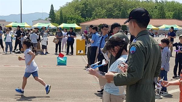 폼보드 종목에 참가한 학생들이 비행기를 날리기 위해 준비하고 있다.