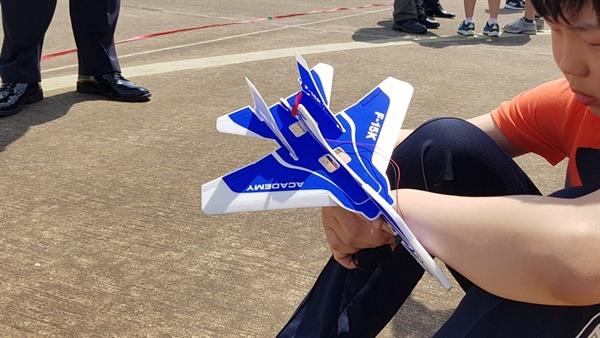 2019 공군참모총장배 2019 스페이스 챌린지 대회에 참가한 한 학생이 F-15 모형을 들고 다음 순서를 기다리고 있다.