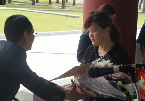김미숙씨가 (사)들불열사기념사업회 임낙평 이사장으로부터 들불상을 수상하고 있다.