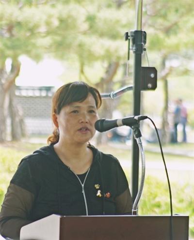 고 김용균 씨 어머니인 김미숙씨가 25일 들불상 수상 뒤 수상 소감을 밝히고 있다.
