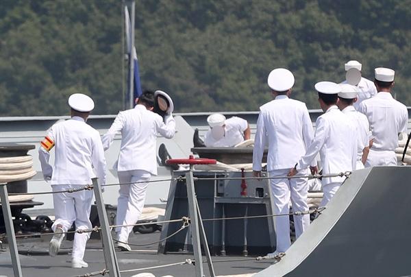 안타까운 청해부대 '홋줄' 사고 순간 (창원=연합뉴스) 김동민 기자 = 24일 오전 10시 15분께 경남 창원시 진해구 진해 군항에서 열린 해군 청해부대 '최영함' 입항 환영식 중 배 앞부분에서 홋줄이 끊어지는 사고가 발생한 직후, 갑판에서 같이 작업 중이던 군 관계자들이 급히 사고 현장으로 뛰어가고 있다. 이 사고로 1명이 숨지고 4명이 다친 것으로 확인됐다. 2019.5.24