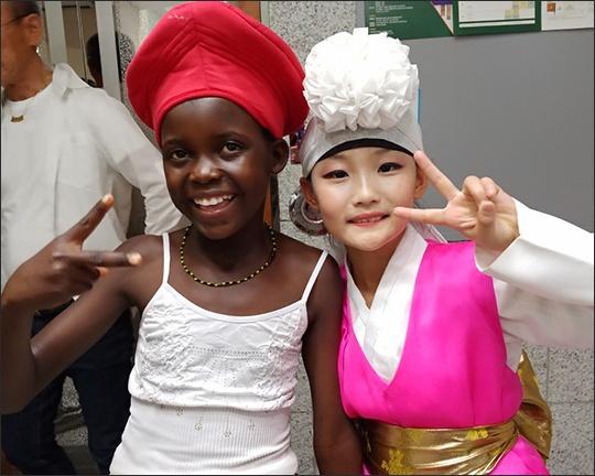 짐바브웨와 한국 어린이 짐바브웨 공연단의 막내 마콘드라 사비나 베아틀리체와 한국 화동정재예술단 정예닮의 공연 뒤 사이좋은 모습