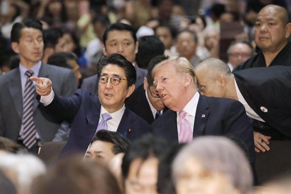 도널드 트럼프 미국 대통령과 아베 신조(安倍晋三) 일본 총리가 프로 스모 선수들의 경기를 지켜보기 위해 26일 오후 도쿄 료고쿠(兩國) 국기관을 방문했다.