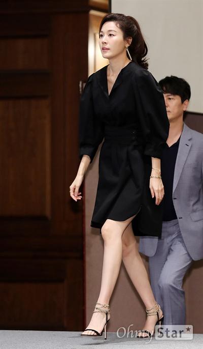 '바람이 분다' 김하늘, 오랜만에 복귀! 배우 김하늘이 27일 오후 서울 논현동의 한 호텔에서 열린 JTBC 새 월화드라마 <바람이 분다> 제작발표회에서 포토타임을 갖고 있다. <바람이 분다>는 이별 후에 다시 사랑에 빠진 두 남녀가 어제의 기억과 내일의 사랑을 지켜내는 로맨스 드라마다. 27일 월요일 오후 9시 30분 첫 방송.