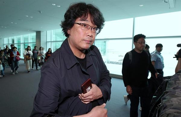 귀국한 봉준호 감독 영화 <기생충>으로 칸 영화제에서 황금종려상을 받은 봉준호 감독이 27일 인천국제공항으로 귀국하고 있다.