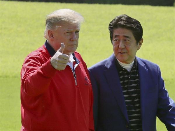 일본을 방문 중인 도널드 트럼프 미국 대통령이 26일 일본 수도권 지바(千葉)현 모바라(茂原)시의 골프장에 도착한 뒤 아베 신조(安倍晋三) 일본 총리와 만나 엄지손가락을 치켜들고 있다.