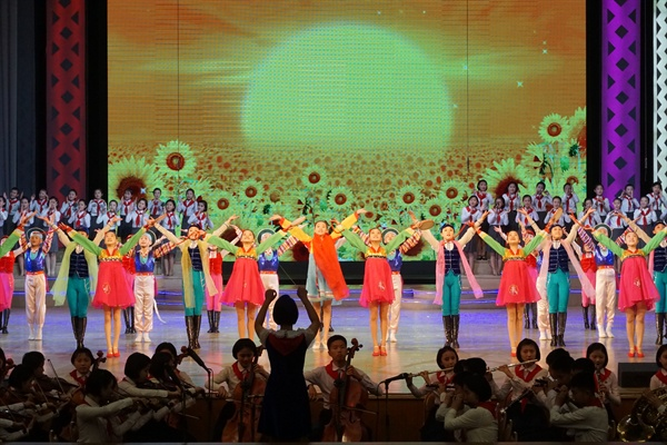 만경대소년궁전 학생들이 공연을 마치고 객석을 향해 인사하고있다. 오케스트라 연주자도, 지휘자도 학생이었다(2019. 5. 9.).