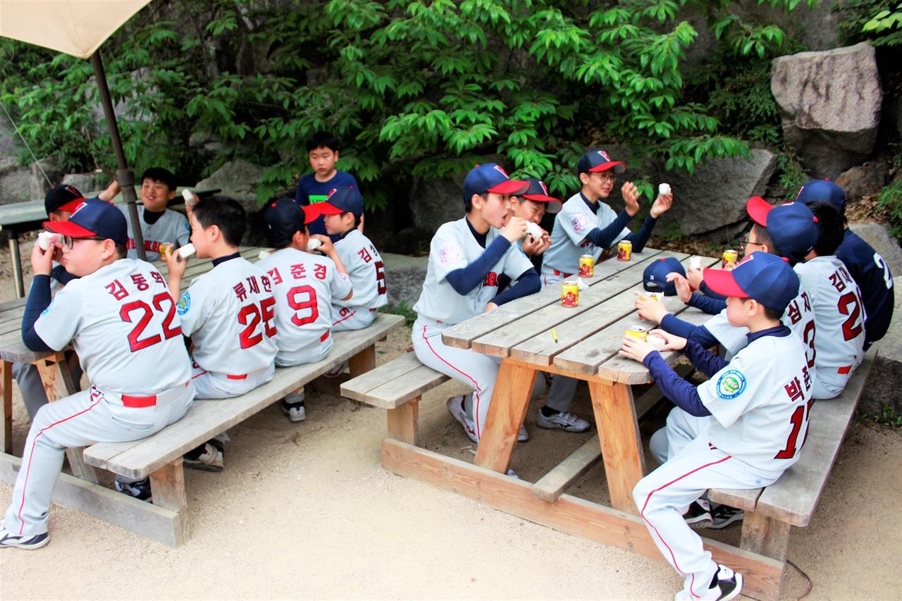 은평구VIP유소년야구단 선수들이 훈련을 잠시 멈추고 꿀맛같은 휴식을 취하고 있다.