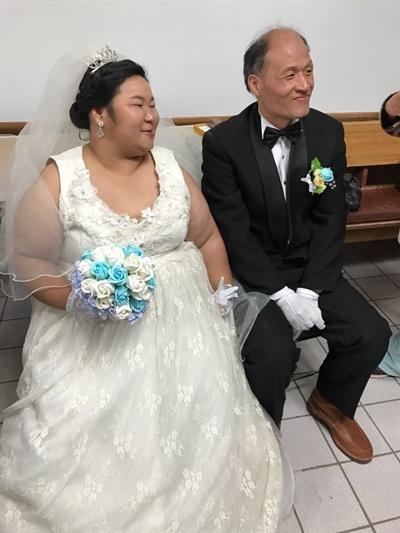 10년 전 쪽방에 살면서 만난 남자친구와 결혼식을 올렸다.