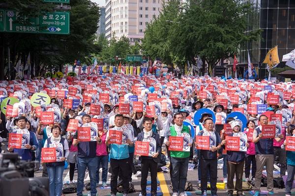 30주년 전국 교사대회에는 5천여 명의 교사가 모여서 노동기본권 쟁취와 법외노조 취소를 외쳤다.
