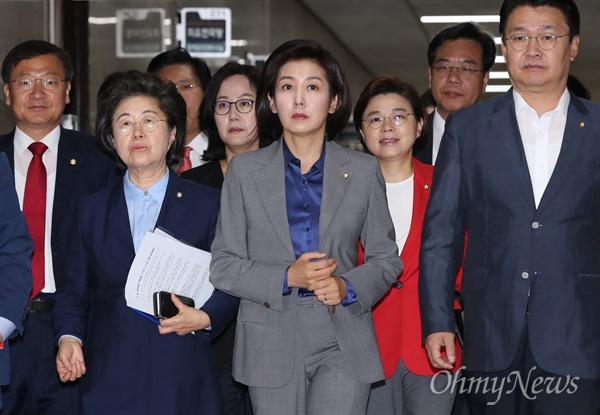 자유한국당 나경원 원내대표가 28일 오전 국회에서 원내대책회의를 주재하기 위해 들어서고 있다.