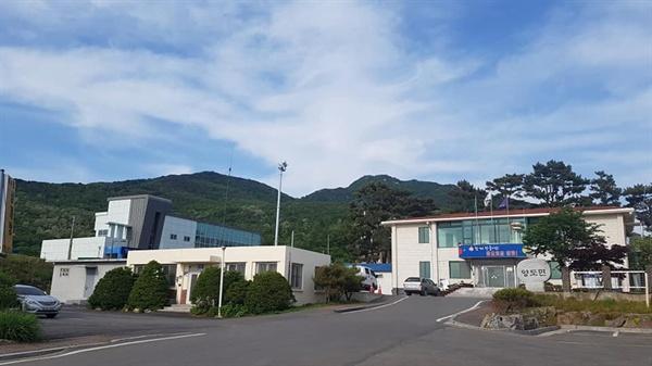 양도면사무소 뒤로 진강산이 푸른 신빛을 뽐내고 있다.