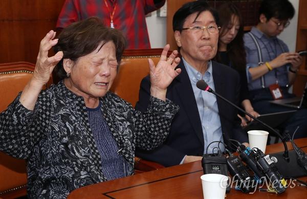 과거사 유족들이 28일 서울 여의도 국회에서 열린 행정안전위원회 법안심사소위원회에서 진화위(진실·화해를 위한 과거사정리위원회) 활동기간 연장안 통과를 요구하며 울부짖고 있다.