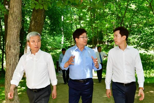 서철모 화성시장(오른쪽부터), 염태영 수원시장, 곽상욱 오산시장이 28일 '산수화 상생협력협의회' 출범식이 열린 화성시 융건릉 산책로를 걸으며 이야기를 나누고 있다.