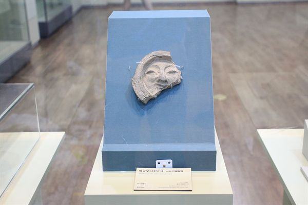국립경주박물관 신라역사관에 전시된 경주 얼굴무뉘 수막새 모습