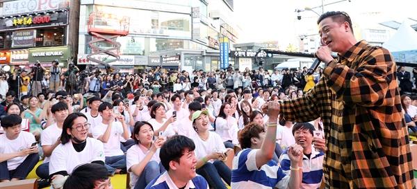 경기도 청년기본소득 락(樂) 페스티벌이 28일 오후 수원역 11번 출구 앞 팝업무대에서 열렸다. 가수 아웃사이더의 사전 공연에 참석자들이 환호하고 있다.