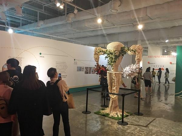꽃으로 꾸며진 '포궁 나무'가 신기한 듯 참가자들은 연신 휴대전화를 꺼내 작품을 촬영했다.