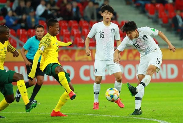 슛하는 조영욱 28일 오후(현지시간) 폴란드 티히 경기장에서 열린 2019 국제축구연맹(FIFA) 20세 이하(U-20) 월드컵 F조 조별리그 2차전 한국과 남아프리카공화국의 경기.  전반전 한국 조영욱이 슛을 하고 있다.
