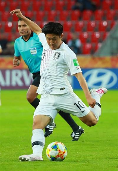 이강인, 강하게 28일 오후(현지시간) 폴란드 티히 경기장에서 열린 2019 국제축구연맹(FIFA) 20세 이하(U-20) 월드컵 F조 조별리그 2차전 한국과 남아프리카공화국의 경기.  전반전 한국 이강인이 강한 슛을 날리고 있다.