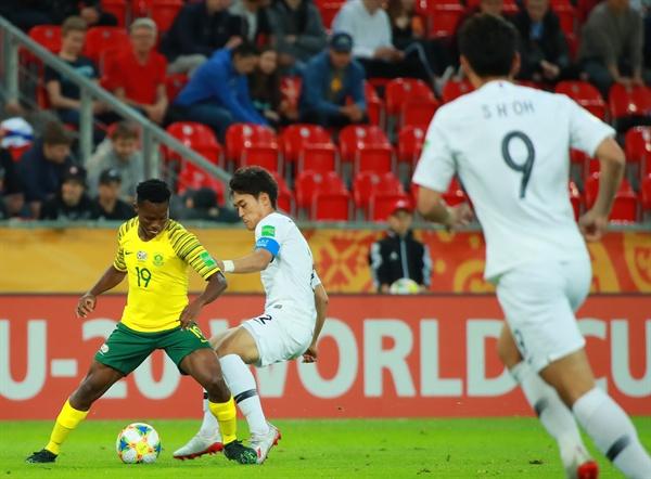 남아공 가로막는 황태현 28일 오후(현지시간) 폴란드 티히 경기장에서 열린 2019 국제축구연맹(FIFA) 20세 이하(U-20) 월드컵 F조 조별리그 2차전 한국과 남아프리카공화국의 경기.  전반전 한국 황태현이 남아공 공격을 가로막고 있다.