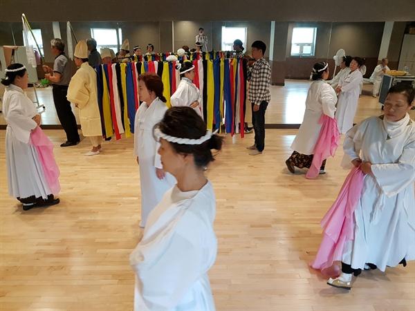 강릉아리랑소리극 '울어머이 왕산댁'의 연습장면 장례 중 사제들이 왕산댁의 영혼을 달래며 천도를 기원하는 장면