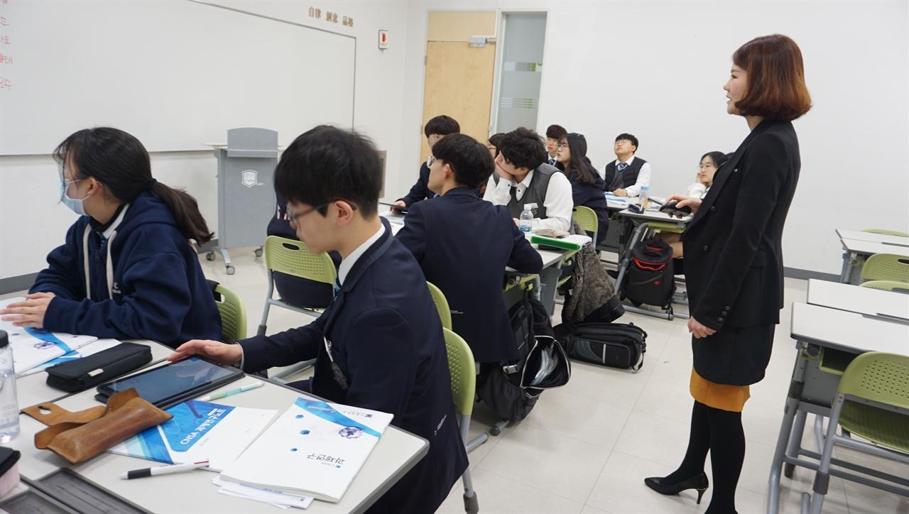 IB 소논문 수업 IB 후보학교인 충남삼성고의 소논문 수업 장면.