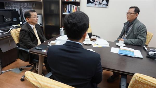 """IB  수업을 이렇게 하는군요"" IB 후보학교인 충남삼성고를 방문하여 수업을 참관한 뒤 박하식 교장(왼쪽), 김중일 교사와 환담하는 한효석씨(오른쪽)."