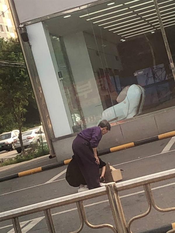 맨발로 길 걷던 할머니에게 자기 신발을 벗어준 박다영(22)씨 모습. 온라인 커뮤니티 보배드림 갈무리