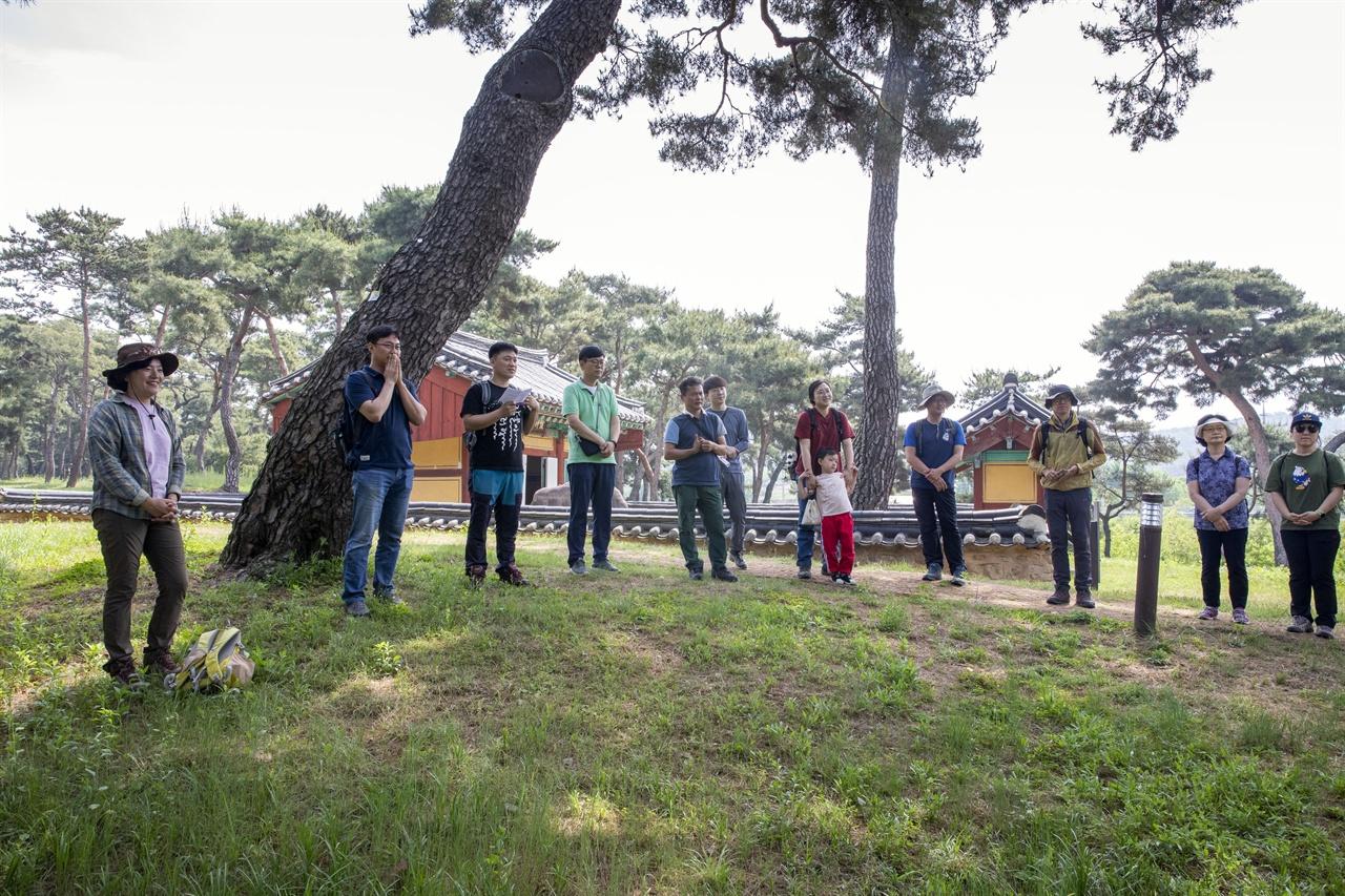 금강 공주 트레킹 금강 공주 구간에 나타나는 재자연화 모습을 보기 위해 모인 고마나루 솔밭에 금강 트레킹 참가자