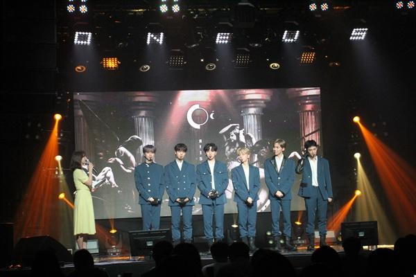원어스 보이그룹 원어스가 두 번째 미니앨범 < RAISE US >를 발표하고 컴백했다. 타이틀곡은 '태양이 떨어진다'이다.