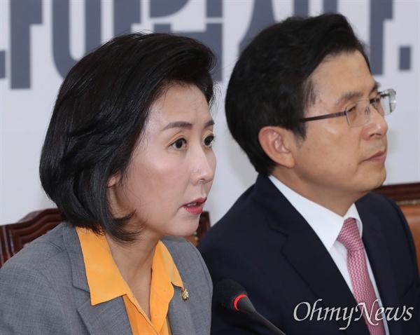 자유한국당 나경원 원내대표가 30일 오전 국회에서 열린 최고위원회의에서 모두발언을 하고 있다. 오른쪽은 황교안 대표.
