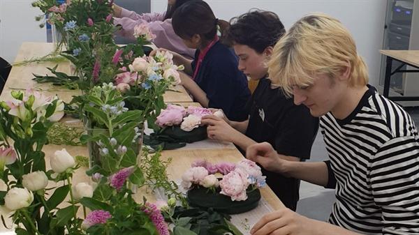 꽃꽂이 체험 24일 AT 화훼 공판장에서 꽃꽂이 체험을 하고 있는 외국인 참가자들
