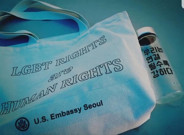 당시 주한 미국 대사관과 한국여성민우회 부스에서 받았던 굿즈.