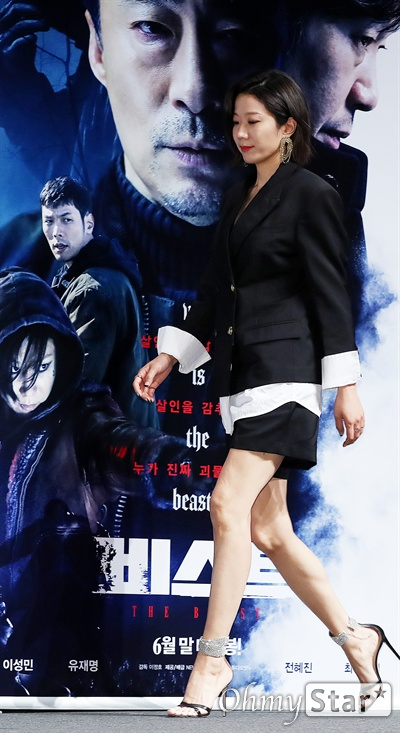 '비스트' 전혜진, 압도적인 파격매력 배우 전혜진이 30일 오전 서울 CGV압구정에서 열린 영화 <비스트> 제작보고회에서 포토타임을 갖고 있다. 프랑스 영화 <오르페브르 36번가>를 리메이크한 <비스트>는 희대의 살인마를 잡을 결정적 단서를 얻기 위해 또 다른 살인을 은폐한 한 형사와 이를 눈치챈 라이벌 형사의 쫓고 쫓기는 범죄 스릴러 작품이다. 6월말 개봉 예정.