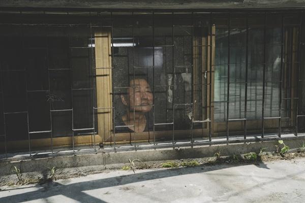 기택 가족이 사는 반지하 집.
