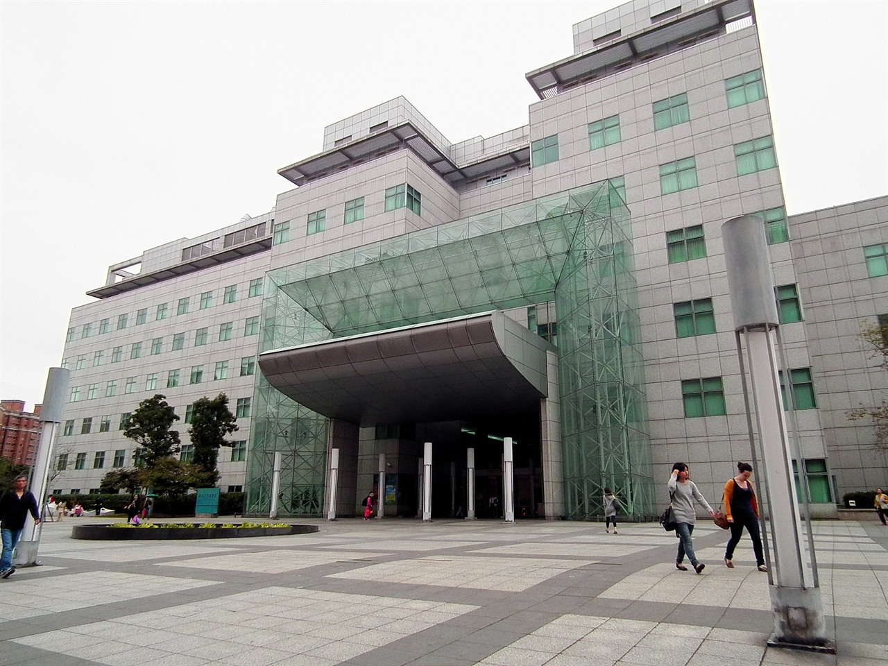 타이완 국가 도서관인 국립타이완도서관(National Taiwan Library) 태평양 전쟁 과정에서 타이완총독부도서관은 미군 폭격으로 도서관 건물이 파괴되기도 했다. 일본 패전 후 타이완총독부도서관과 남방자료관을 합쳐, '타이완성행정장관공서도서관'으로 이름을 바꿨다. 이후 '타이완성 타이페이 도서관'을 거쳐 1973년 7월 1일 '국립타이완도서관'으로 이름을 바꿨다. 청나라 시대부터 타이완에 대한 방대한 문서 자료를 보유하고 있다.
