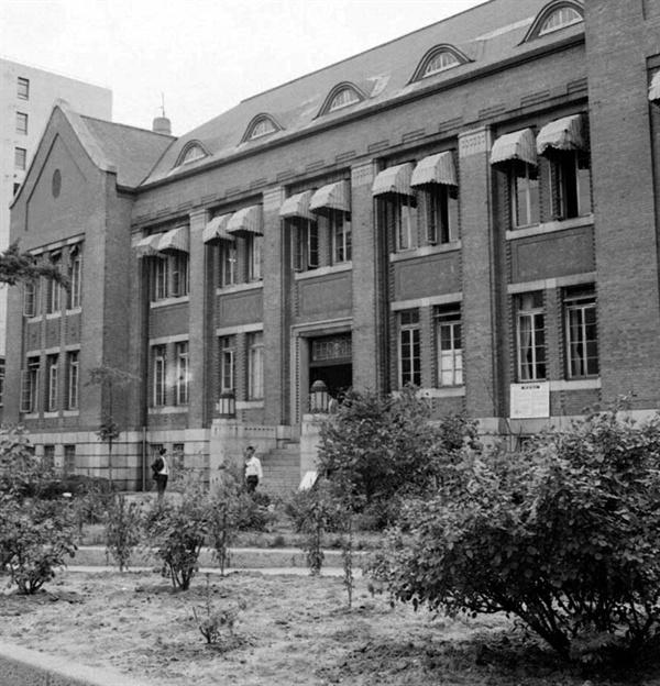 소공동 시절의 국립중앙도서관 조선총독부도서관 건물과 장서, 인력을 승계해서 1945년 10월 15일 '국립도서관'이 문을 열었다. 국립도서관은 1963년 10월 28일 '국립중앙도서관'으로 이름을 바꿨다. 1968년 소공동에 있던 국립중앙도서관을 촬영한 사진인데 조선총독부도서관 시절 도서관 모습을 확인할 수 있다.