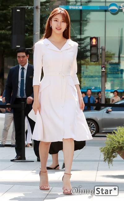 수지, 햇살처럼 반짝 배우 수지가 31일 오후 서울 삼성동의 한 백화점 광장에서 열린 글로벌 뷰티 브랜드 원데이 팝업 이벤트에서 입장하고 있다.