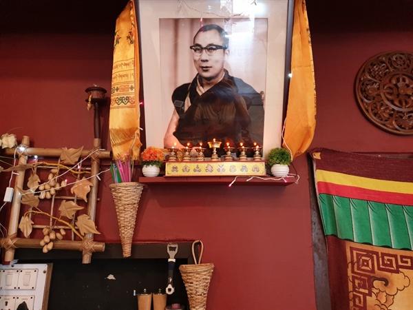 맥그로드 간즈의 한 식당. 어느 곳에서나 볼 수 있는 14대 달라이 라마의 사진이 걸려 있다.