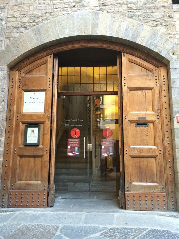 단테 생가(단테 박물관)   실제 단테 생가는 아니다. 1865년 단테 탄생 600주년을 기념해 피렌체 시정부가 복원했고, 1965년 단테 탄생 700주년을 맞아 리모델링해 단테 박물관으로 쓰이고 있다.