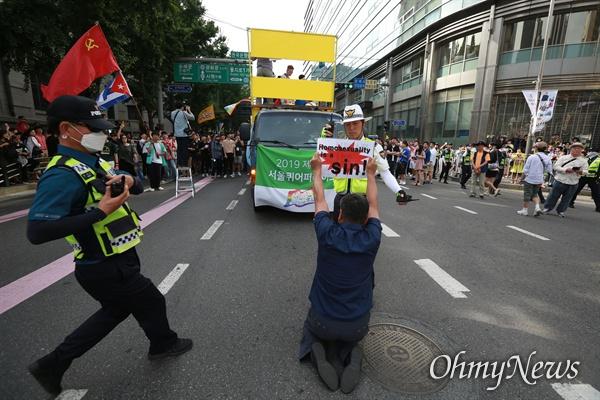 퀴어퍼레이드 반대 기습시위 1일 오후 서울광장에서 열린 제20회 서울퀴어문화축제 참가자들이 대규모 퍼레이드를 시작하자, '동성애는 죄'가 적힌 한 사람이 퍼레이드를 가로막고 기습시위를 벌였다.