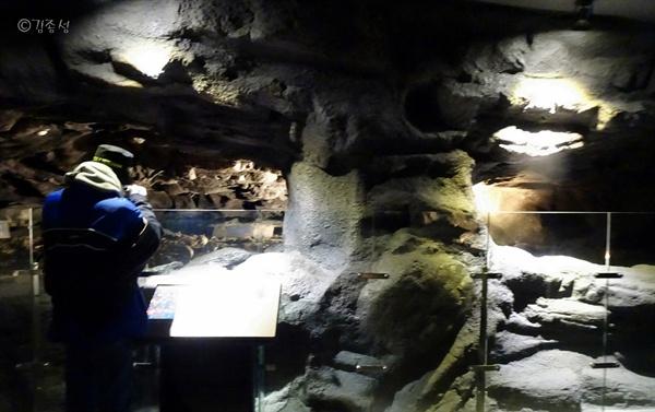 주민들이 피신해 살았던 오름속 동굴 내부.