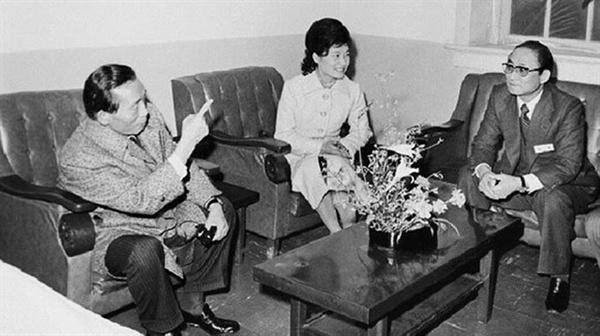 1976년 박정희 대통령(왼쪽)이 대한구국선교단 야간진료센터를 방문해 최태민(오른쪽) 총재와 얘기를 나누는 장면. 가운데는 박근혜 대한구국선교단 명예총재