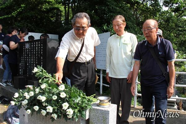 일본 기타큐슈시 오카마쓰의 '오다야마 묘지' 구석에 있는 '조선인조난자위령비'를 찾은 김정배 선생 등 재일교포들이 헌화하고 있다.